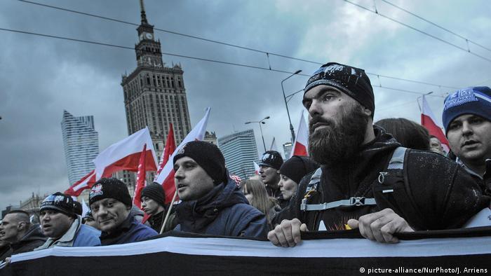 Polen Warschau Rechtsradikale beim Marsch zum Unabhängigkeitstag (picture-alliance/NurPhoto/J. Arriens)