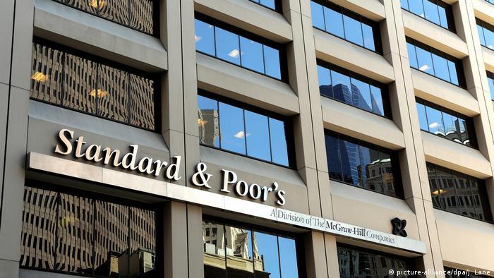 Отражение небоскребов в окнах офиса Standard & Poor's в Нью-Йорке