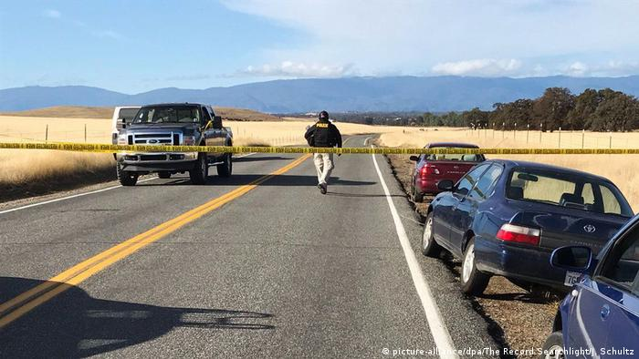 A policeman closes off a road south of Red Bluff (California, USA) on 14.11.2017 after shots were fired (picture-alliance/dpa/The Record Searchlight/J. Schultz)