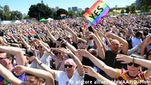 Menschen jubeln am 15.11.2017 in Sydney, Australien, nachdem die Ergebnisse einer Volksbefragung zur gleichgeschlechtlichen Ehe verkündet wurden. Australien hat mit einer starken Mehrheit für die gleichgeschlechtliche Ehe gestimmt. In einer Volksbefragung per Briefwahl sprachen sich 61,6 Prozent der Teilnehmer für die Ehe für alle aus. Foto: David Moir/AAP/dpa +++(c) dpa - Bildfunk+++  