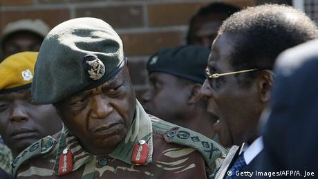 Zimbabwe Constantine Chiwenga und Robert Mugabe (Getty Images/AFP/A. Joe)