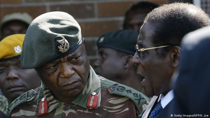 Zimbabwe Constantine Chiwenga und Robert Mugabe (Getty Images/AFP/A. Joe)