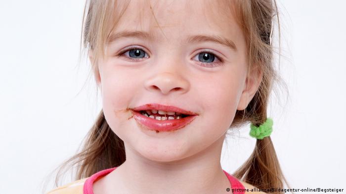 Kleines Mädchen mit Schokolademund
