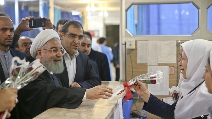 Hassan Rohani besucht das Erdbebengebiet Iran (Irna)