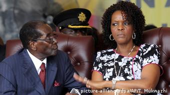 Simbabwe Machtkampf Robert Mugabe mit Ehefrau Grace (picture-alliance/dpa/AP/T. Mukwazhi)