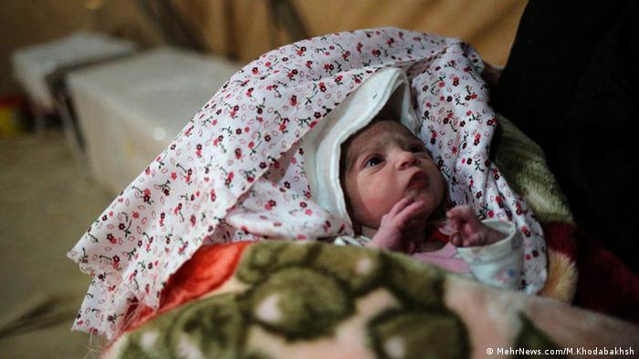 Ein neu geborenes Kind im Erdbebengebiet (MehrNews.com/M.Khodabakhsh)