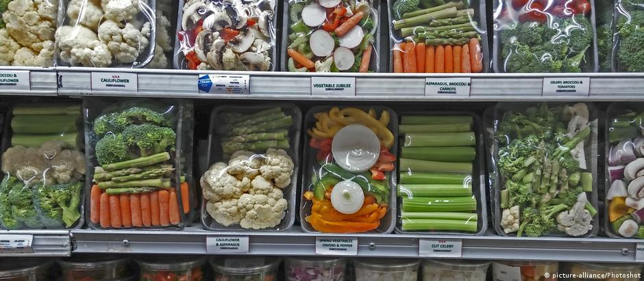 Legumes empacotados em plástico em mercado em Nova York: para economista, clima é questão educacional