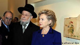 Hillary Clinton besichtigt ausgestellten Bruno Schulz Stücke in der Yad Vashem