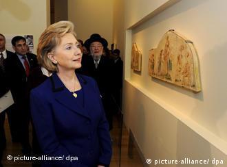 Hillary Clinton podziwia fragmenty fresków Brunona Schulza w Instytucie Yad Vashem w Jerozolimie.