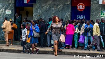 Simbabwe Krise Warteschlange vor Bank