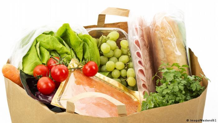 Einkaufsbeutel aus Papier mit Lebensmittel (Imago/Westend61)