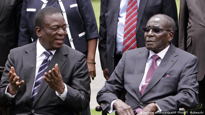 Emmerson Mnangagwa und Robert Mugabe in Simbabwe (picture alliance/dpa/AP Photo/T. Mukwazhi)