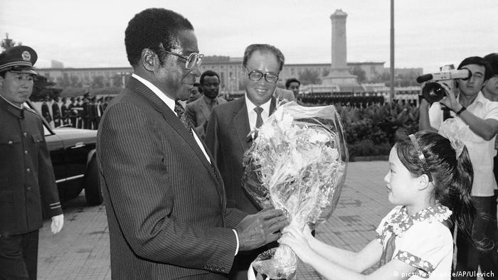 BG Mugabe in Beijing mit Zhao Ziyang, 1985 (picture-alliance/AP/Ulevich)