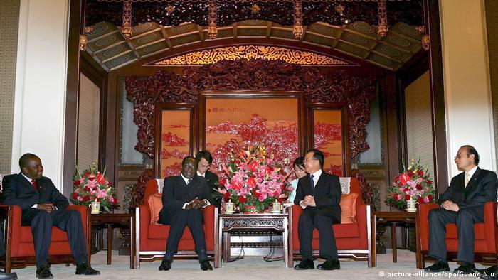 BG Mugabe mit Wen Jiabao, Beijing, 2005 (picture-alliance/dpa/Guang Niu)
