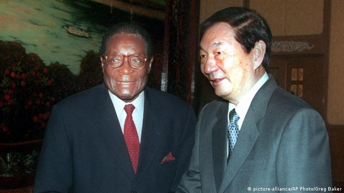 BG Mugabe, Zhu Rongji, Beijing, 1999 (picture-alliance/AP Photo/Greg Baker)