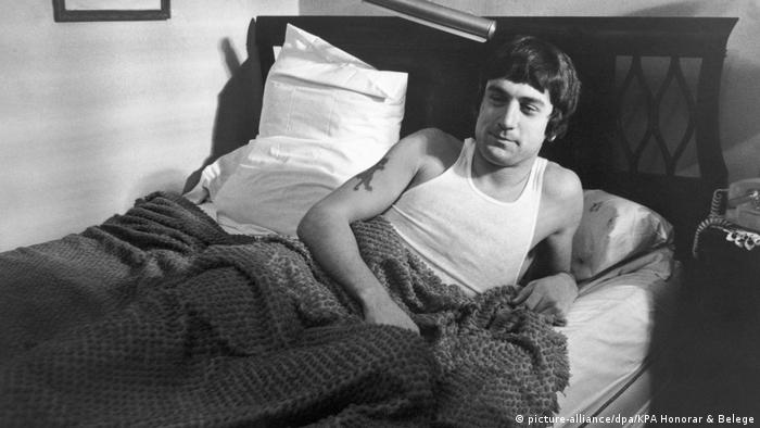 Film still, man in bed (picture-alliance/dpa/KPA Honorar & Belege)