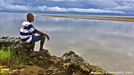 طبق پیشبینی پژوهشگران دانشگاه کولورادوی آمریکا، در صورتیکه بالا آمدن آب دریاها سریعتر اتفاق بیفتد، کشورهای مجمعالجزایر مناطق حاره، مانند مالدیو، فیجی و یا جزیره کوچک تووالو در اقیانوس آرام، بیش از دیگر جاها لطمه خواهند دید. تنها بالا آمدن سطح دریا به میزان یک متر، موجودیت این جزایر را به خطر خواهد انداخت.