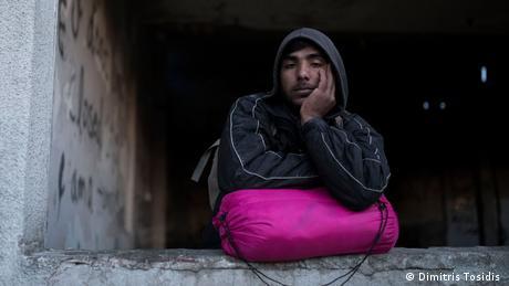 Ο Τζαντάλι είναι 22 χρονών και κατάγεται από το Αφγανιστάν. Μόλις επέστρεψε από την πόλη Σιντ μετά από μια αποτυχημένη προσπάθεια να φτάσει στη δυτική Ευρώπη. Στην Κροατία όμως συνελήφθη και αναγκάστηκε να μείνει στη φυλακή για δύο μέρες. Σύμφωνα με τα λεγόμενά του έπεθε θύμα κακοποίησης από τις αρχές. (Ρεπορτάζ: Δημήτρης Τοσίδης, Σιντ, Σερβία)