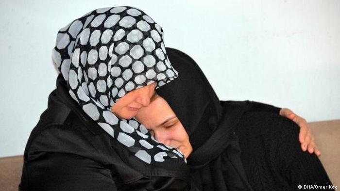 Cenazede anne Şura Akkök'ü (sağda) yakınları teselli etmeye çalıştı.