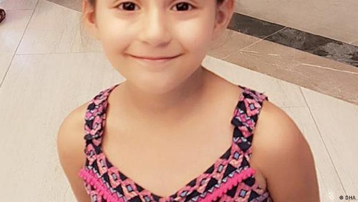 Minik Hira kardeşi Elasu ile birlikte aile içi şiddetin kurbanı oldu.