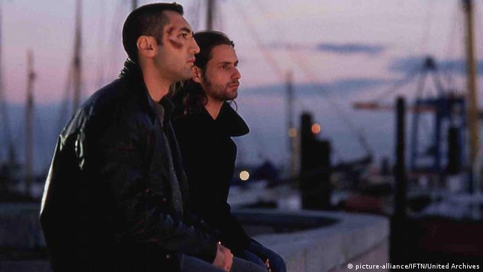 Filmstillszene aus Kurz Und Schmerzlos von Fatih Akin mit zwei Darstellern am Hafen in abendlicher Szenerie (picture-alliance/IFTN/United Archives)