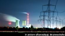 ARCHIV - Die nächtliche Langzeitbelichtung vom 27.10.2014 zeigt das Kohlekraftwerk Mehrum in Hohenhameln im Landkreis Peine (Niedersachsen). Foto: Julian Stratenschulte/dpa +++(c) dpa - Bildfunk+++   Verwendung weltweit