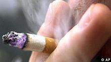 Ein Raucher posiert mit einer Zigarette am 19. Oktober 2001, in Frankfurt. Der Absatz von Tabakwaren ist wegen der Steuererhöhungen für Zigaretten im vergangenen Jahr leicht gesunken. Wie das Statistische Bundesamt am Dienstag, 22. Jan. 2002 in Wiesbaden mitteilte, wurden 2001 in Deutschland Tabakwaren im Einzelhandel von 20,6 Milliarden Euro versteuert, das waren 0,8 Prozent weniger als im Jahr 2000.
