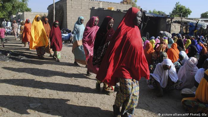 El Gobierno de Nigeria confirmó la desaparición de 110 estudiantes de la escuela femenina de secundaria atacada por el grupo yihadista Boko Haram, el pasado lunes, en el pueblo de Dapchi. El ministro nigeriano de Información, Lai Mohammed, confirmó que 110 de las 906 estudiantes matriculadas en el colegio siguen desaparecidas tras el ataque. (26.02.2018).