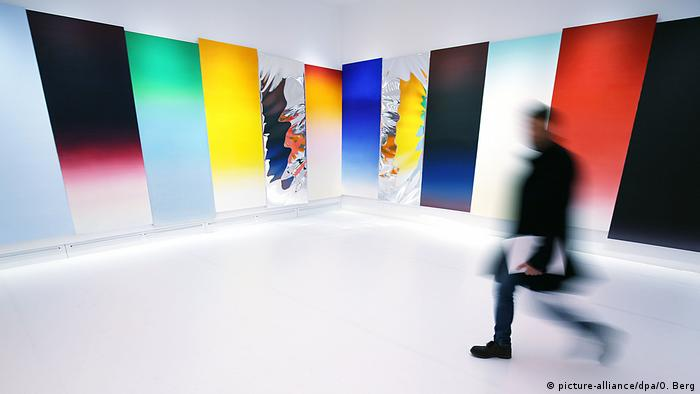 colorful panels on wall, an installation by Rosenquist (picture-alliance/dpa/O. Berg)