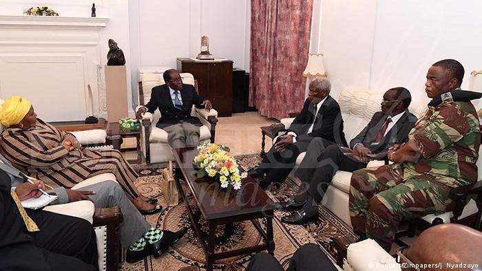 Simbabwe Harare Mugabe mit General Chiwenga (Reuters/Zimpapers/J. Nyadzayo)