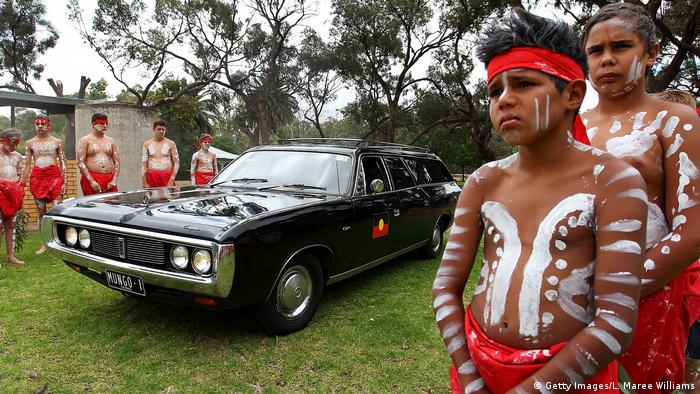 Jovens descendentes de aborígenes com corpos pintados participam da cerimônia fúnebre do Homem de Mungo