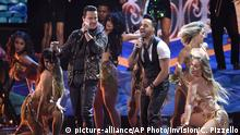 16.11.2017+++ Victor Manuelle, left, and Luis Fonsi perform Despacito at the 18th annual Latin Grammy Awards at the MGM Grand Garden Arena on Thursday, Nov. 16, 2017, in Las Vegas. (Photo by Chris Pizzello/Invision/AP) |