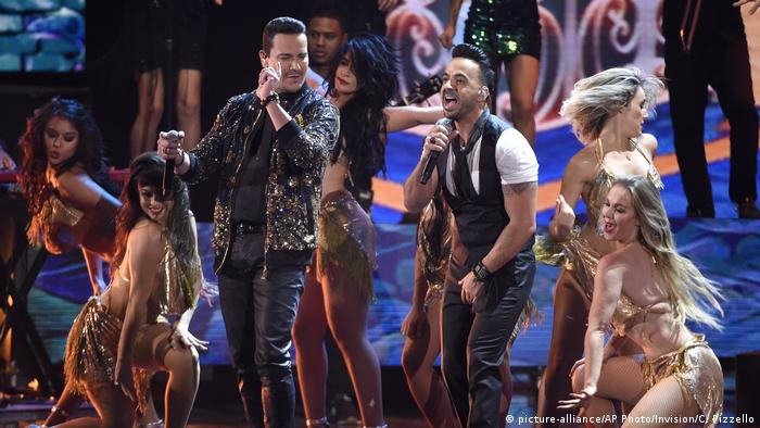 USA Latin Grammy Awards 2017 Victor Manuelle und Luis Fonsi (picture-alliance/AP Photo/Invision/C. Pizzello)
