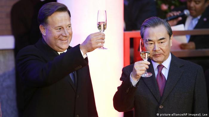 China Einweihung panamaische Botschaft in Beijing Juan Carlos Varela und Wang Yi (picture-alliance/AP Images/J. Lee)
