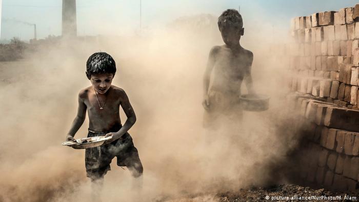 Kinderarbeit Symbolbild Bangladesch (picture-alliance/NurPhoto/M. Alam)