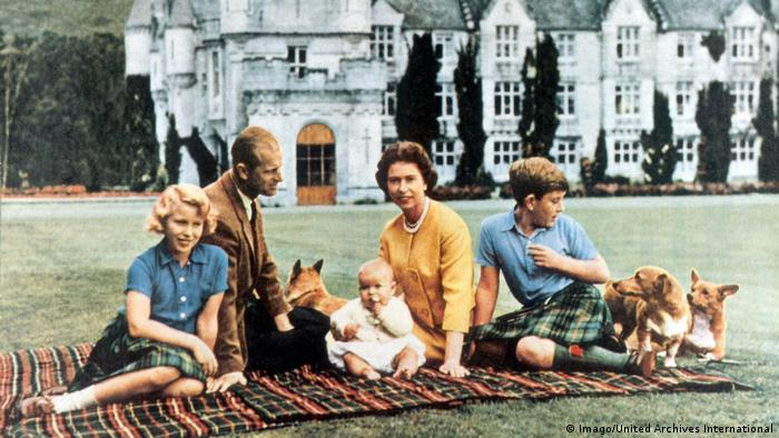 Elizabeth II Prince Charles Prince Edward Princess Anne Prince Philip with dogs on a blanket in front of a castle (Imago/United Archives International)