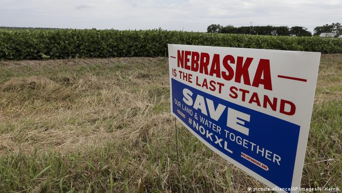 sign reading Nebraska the last stand (picture-alliance/AP Images/N. Harnik)