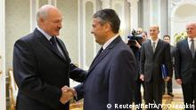 Der weißrussische Präsident Lukaschenko begrüßt Außenminister Gabriel