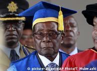 Президент Зімбабве Роберт Мугабе в університеті в Хараре 17 листопада