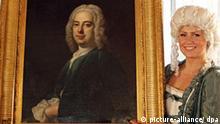 Zwei als Händel und Barockdame verkleidete Models präsentieren ein neues Händel-Porträt am Montag (16.03.2009) im Händel-Haus in Halle (Saale). Das Ölgemälde des Komponisten Georg Friedrich Händel (1685-1759) wird auf das Jahr 1720 geschätzt und wurde vor kurzem von einem schwedischen Sammler angekauft. Es stammt von dem Maler Thomas Hudson. Die Stiftung Händel-Haus Halle zeigt das bislang noch nicht ausgestellte Porträt erstmals ab dem 14. April in der Dauerausstellung HÄNDEL - der Europäer anlässlich des 250. Todestages des Komponisten. Noch bis Oktober gibt es im Händeljahr 2009 rund 200 Veranstaltungen an 50 Orten. Foto: Jan Woitas dpa/lah +++(c) dpa - Bildfunk+++
