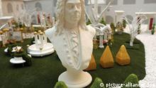 Die Büste des Komponisten Georg Friedrich Händel steht in einem Modell des Barockgartens in der Neuen Residenz im Händelhaus in Halle (Saale), aufgenommen am Freitag (20.02.2009). Das Modell zeigt die geplante Ausgestaltung des Areals zu Beginn der diesjährigen Händel-Festspiele am 4. Juni 2009. Derzeit läuft noch die Sanierung des Hauses. Händel wurde am 23. Februar 1685 in Halle geboren und starb am 14. April 1759 in London. Aus Anlass seines 250. Todestages gibt es in Halle bis zum 22. Oktober rund 100 Veranstaltungen. Foto: Peter Endig dpa/lah +++(c) dpa - Report+++