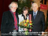 آلئیدا آسمن در کنار  والتر دورنر، رئیس کانون پزشکان وین و ارهارد بوسک، رئیس هیأت ژوری