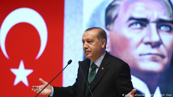 Erdogan speaks in front of a poster of Ataturk (picture alliance/dpa/AP Images/K. Ozer)
