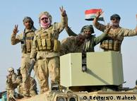Иракские военные в отбитом у исламистов городке Рава