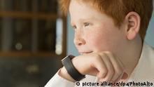 Boy speaking into smartwatch | Verwendung weltweit, Keine Weitergabe an Wiederverkäufer.