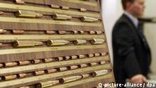 Diverse Patronen sind am Freitag (13.03.2009) in Nürnberg (Mittelfranken) auf der Waffenmesse IWA 2009 ausgestellt. Auf der IWA präsentieren bis zum 16. März knapp 1150 Aussteller aus mehr als 50 Ländern Jagd- und Sportwaffen, Munition, Messer, Outdoor-Bedarf und Zubehör. Die Veranstalter erwarten 31 000 Fachbesucher aus rund 100 Ländern. Foto: Daniel Karmann dpa/lby +++(c) dpa - Bildfunk+++