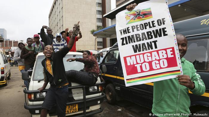 A protest on the streets of Harare in Zimbabwe (picture-alliance/AP Photo/T. Mukwazhi)