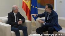 Der spanische Premierminister Mariano Rajoy (r) empfängt am 18.11.2017 den ehemaligen Bürgermeister von Caracas, Antonio Ledezma, im Moncloa-Palast in Madrid (Spanien). Der bekannte venezolanische Oppositionspolitiker ist aus dem Hausarrest in seiner Heimat geflohen und hat sich nach Spanien abgesetzt. (zu dpa Prominenter venezolanischer Oppositioneller nach Flucht in Spanien vom 18.11.2017) Foto: Paul White/AP/dpa +++(c) dpa - Bildfunk+++  