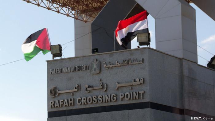 Egipto cerró hoy de forma sorpresiva el paso fronterizo de Rafah, que limita con el enclave palestino de Gaza, un día después de haberlo reabierto, debido a una amenaza de atentado. Según las fuerzas egipcias, grupos terroristas planeaban atentado con explosivos en autobuses de palestinos. (22.02.2018).