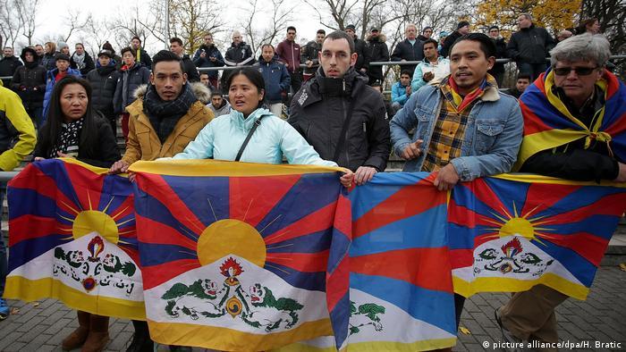 Fussball TSV Schott Mainz - U20 China - Protest gegen die chinesiche Tibet-Politik